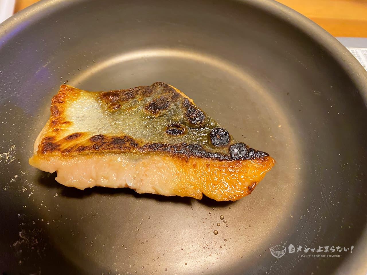 皮面に焦げ目が付いた鮭