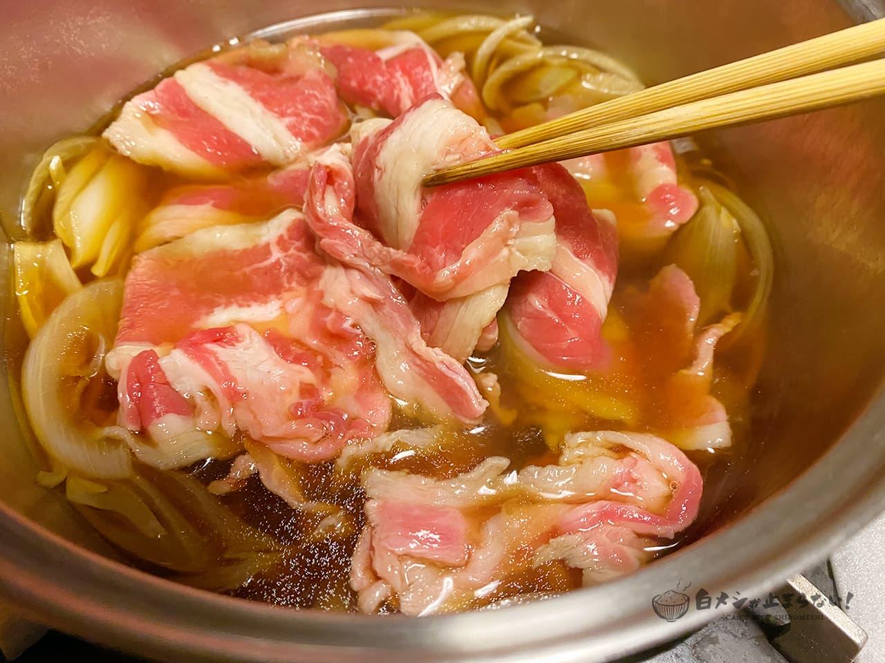 鍋に牛バラ薄切り肉を加えて煮ていく